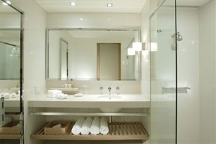 Crown Promenade Bathroom